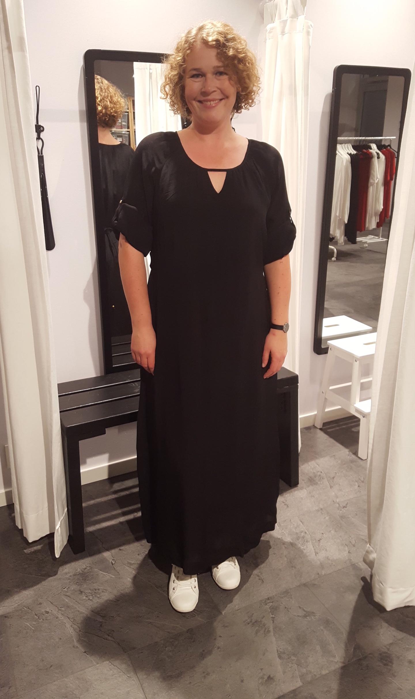 Nina provar Ofeliaklänninngen i svart på vår modevisning.