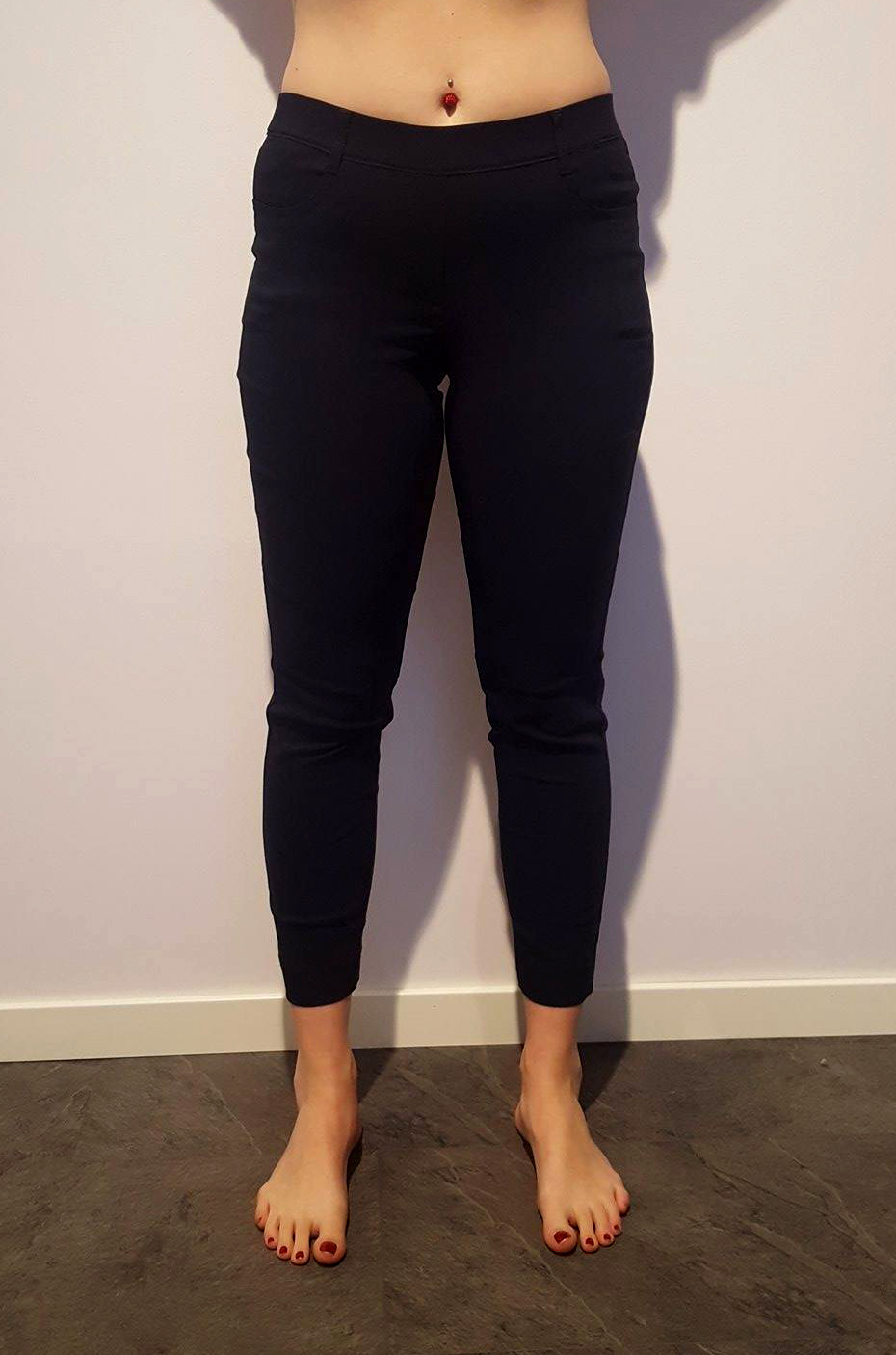 Jeans i kort längd med dragkedja i benslutet. Pris 899:-
