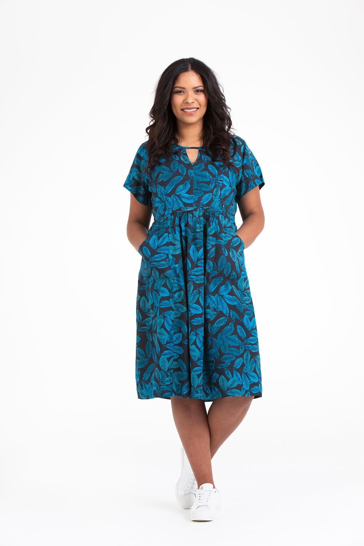 Noor klänning i nya blå bladmönstret